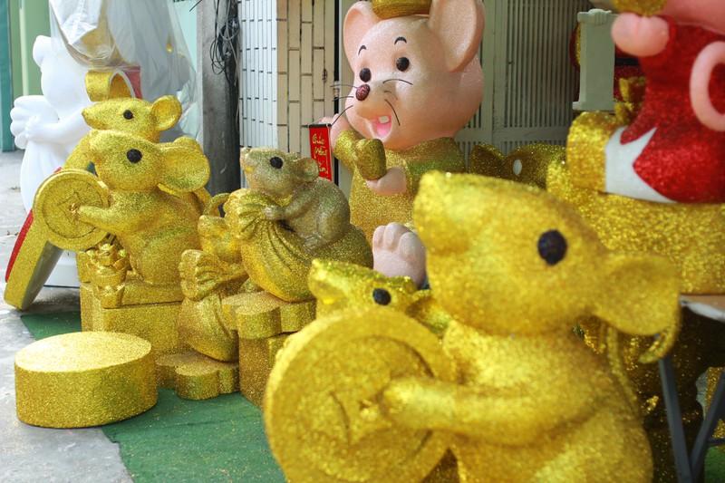 Chuột xốp khổng lồ giá hàng chục triệu đồng bán chưng Tết Canh Tý 2020